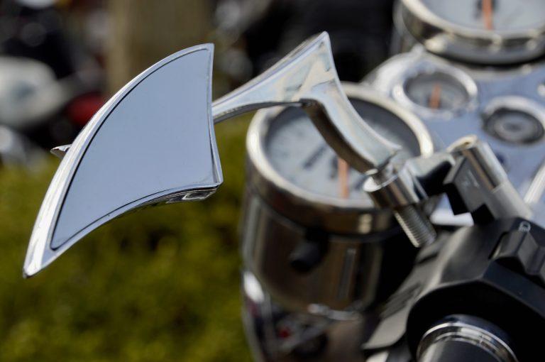 Imagem mostra um retrovisor de moto estilizado em destaque.