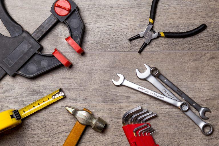 Imagem mostra várias ferramentas, incluindo chaves combinadas de aço cromo vanádio.