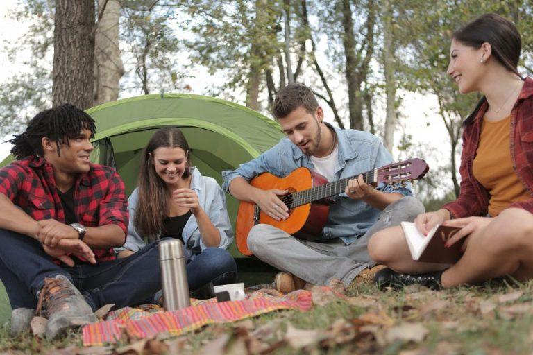 Imagem de pessoas acampando.