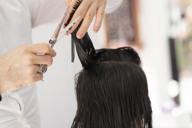 Uma boa tesoura de cabeleireiro é ferramenta essencial de um profissional.