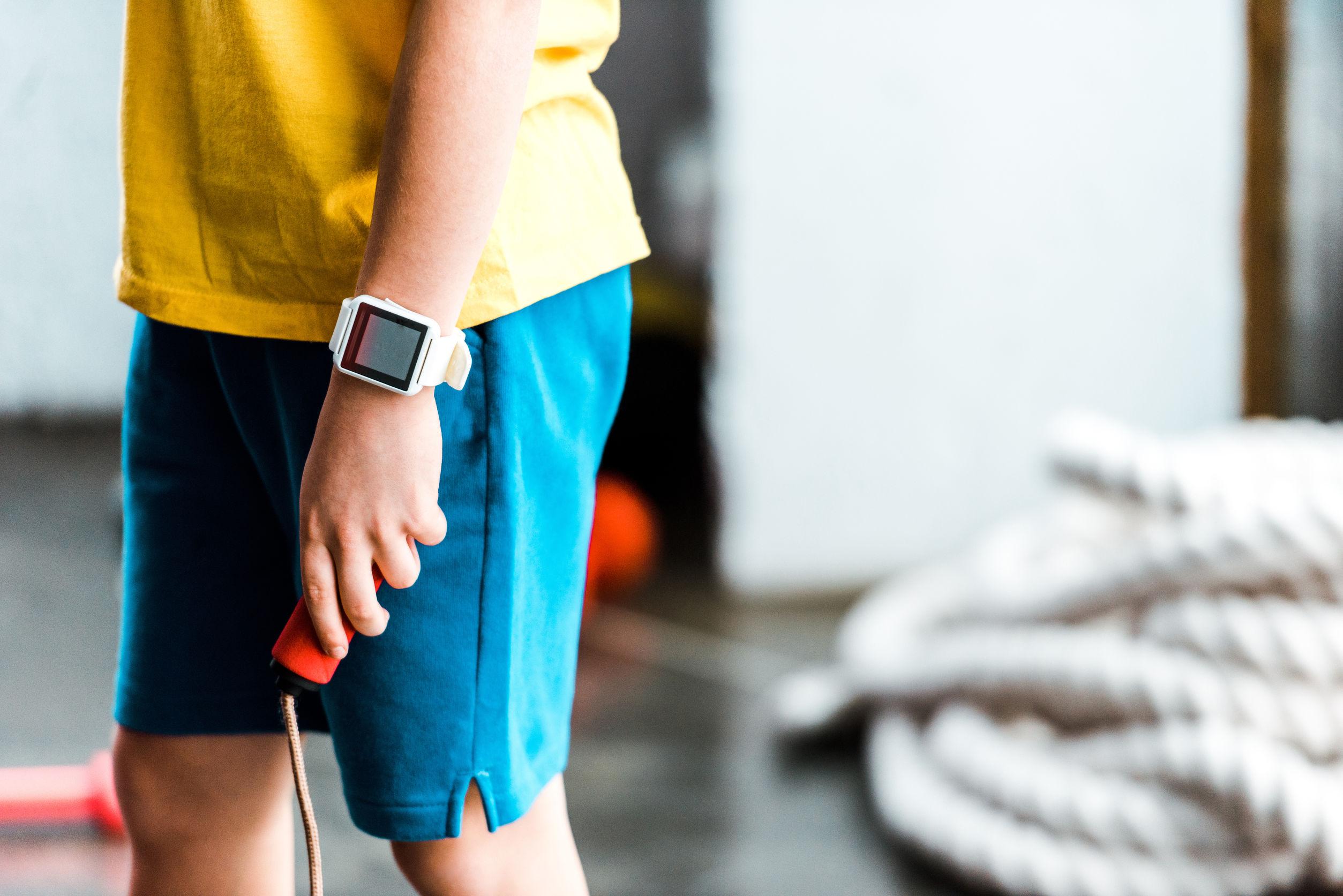 Criança com smartwatch infantil.