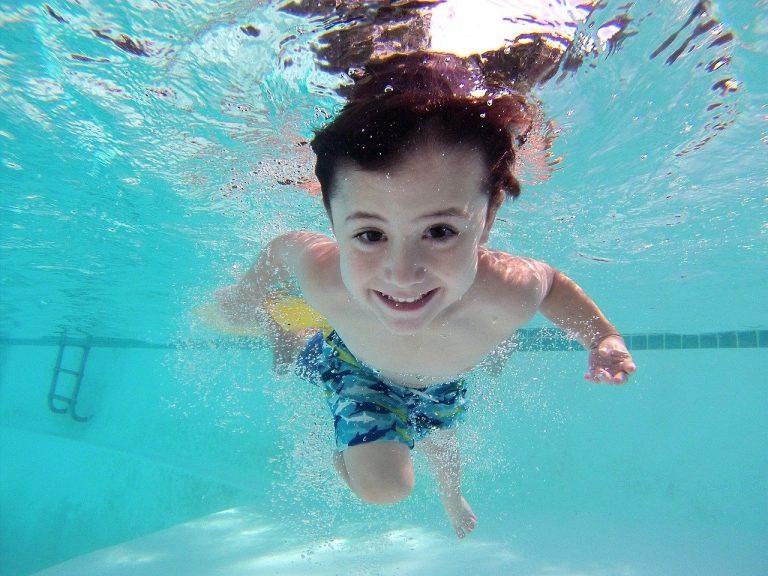 Imagem de uma criança na piscina.