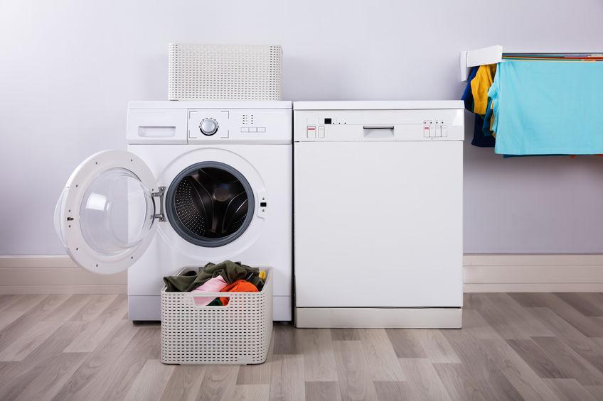 Imagem de uma máquina de lavar e um tanquinho.