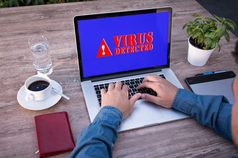 Imagem de um computador com vírus.