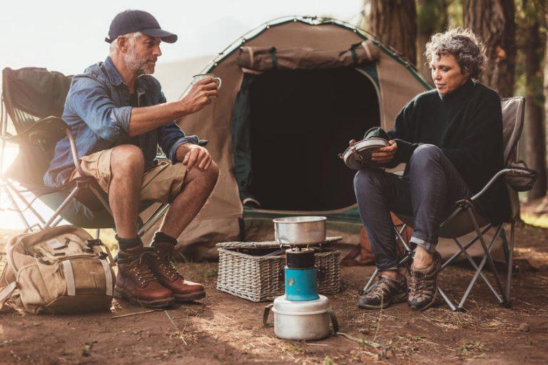 Imagem de um casal de campistas.