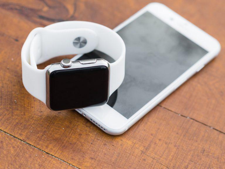 Smartwatch e smartphone.
