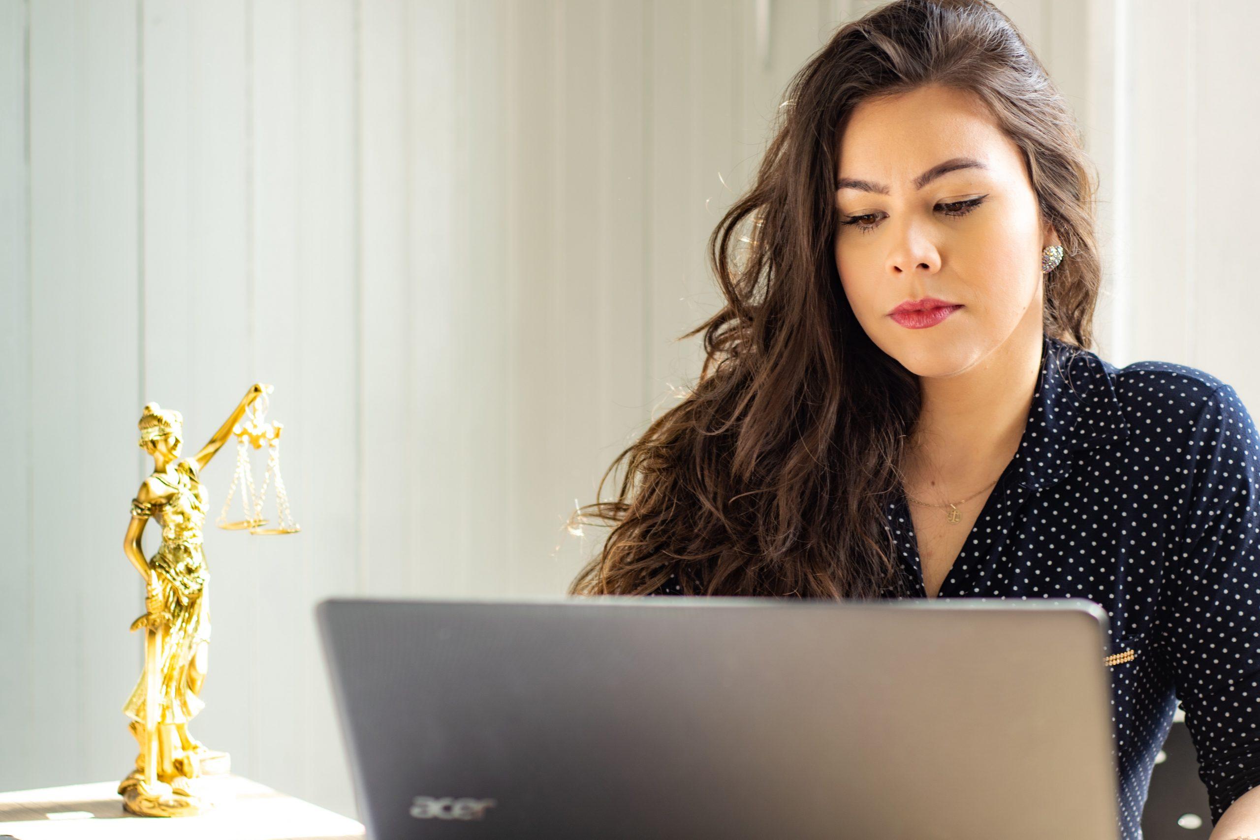 Advogada em frente a um notebook.
