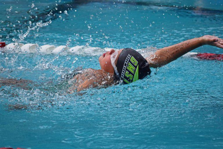 Imagem de uma criança nadando.