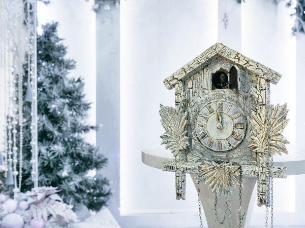 Imagem de relógio cuco branco de madeira em cenário natalino