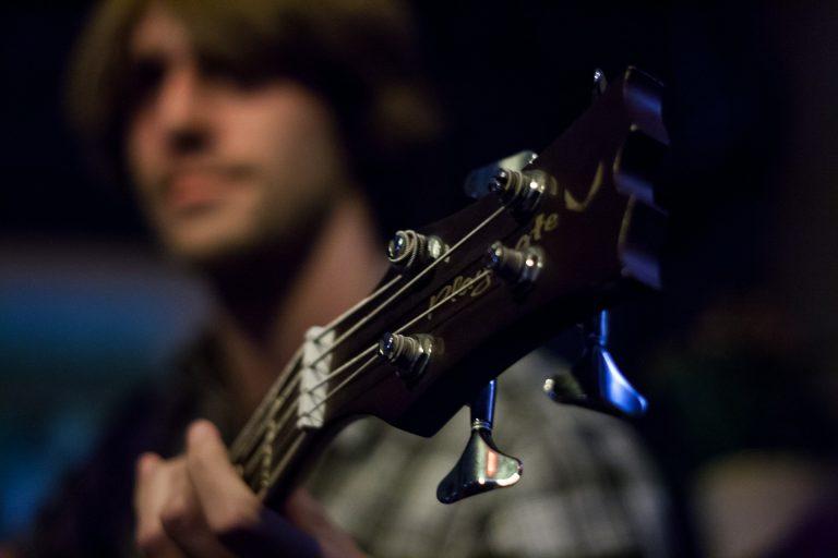 Imagem mostra uma pessoa tocando contrabaixo.