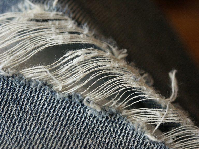 imagem de um pedaço de tecido com um grande rasgo na porção mais central
