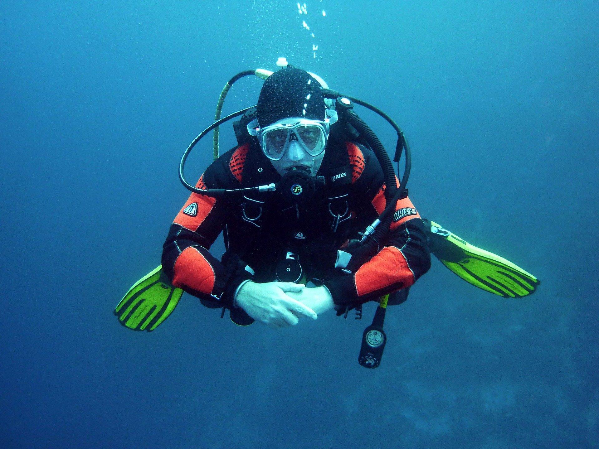 Imagem mostra uma pessoa devidamente trajada durante um mergulho.