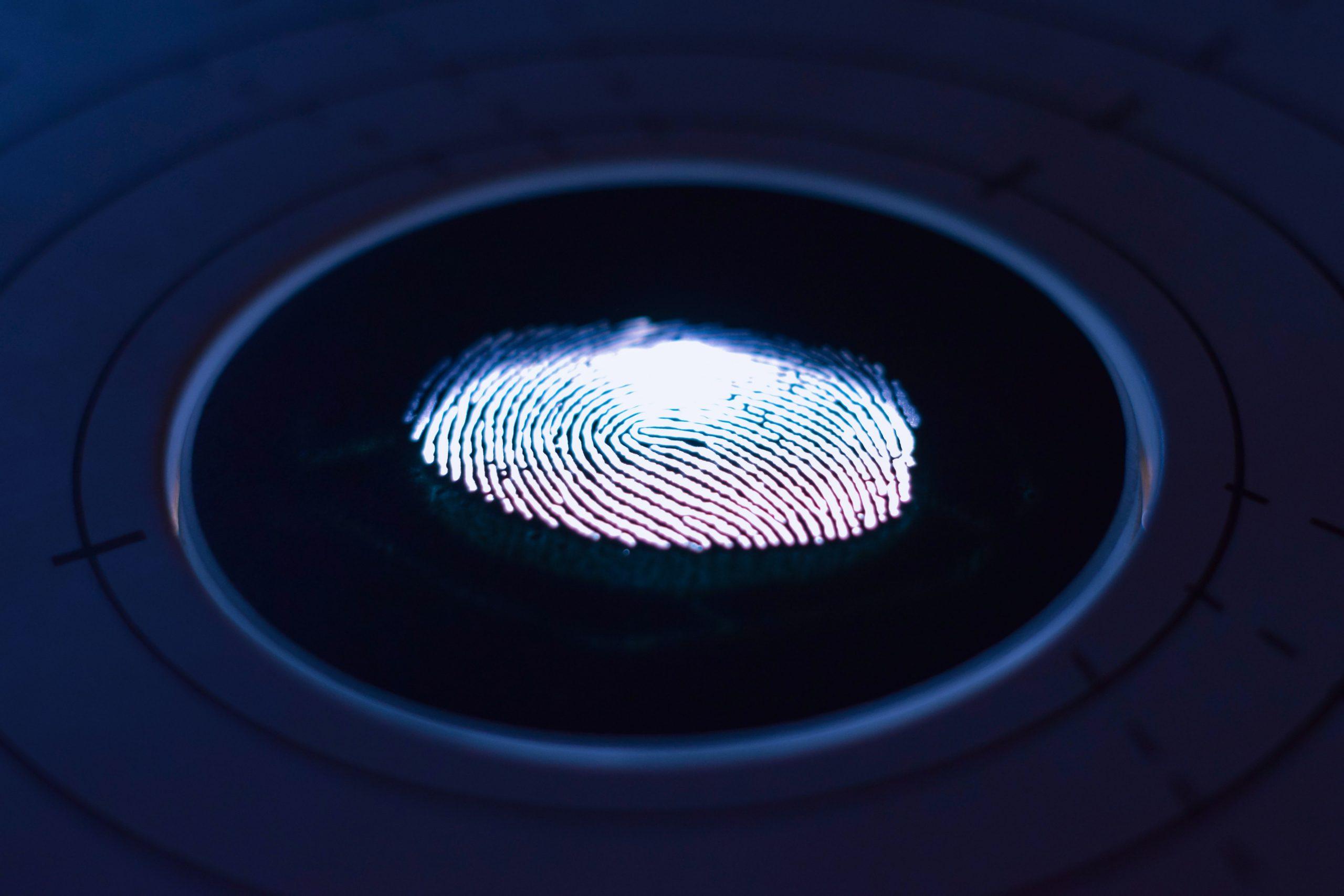 digital em close em um leitor biométrico