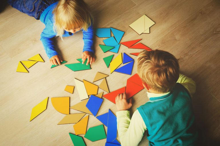 Duas crianças brincando com tangram.