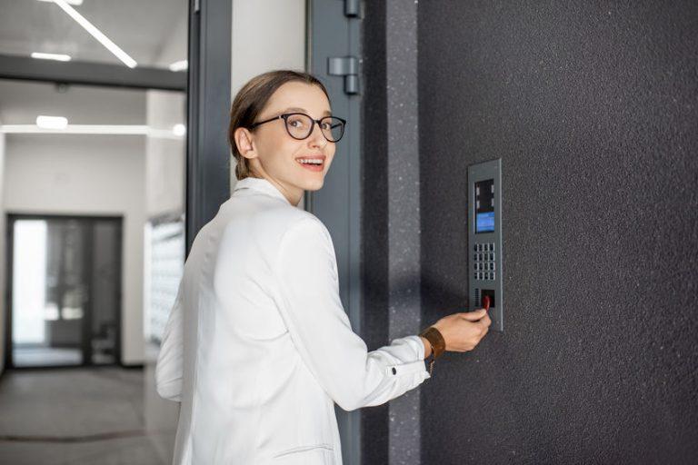 Imagem de uma mulher utilizando um sistema de controle de acesso.