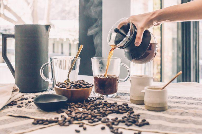 Imagem de uma pessoa enchendo uma xícara de café.