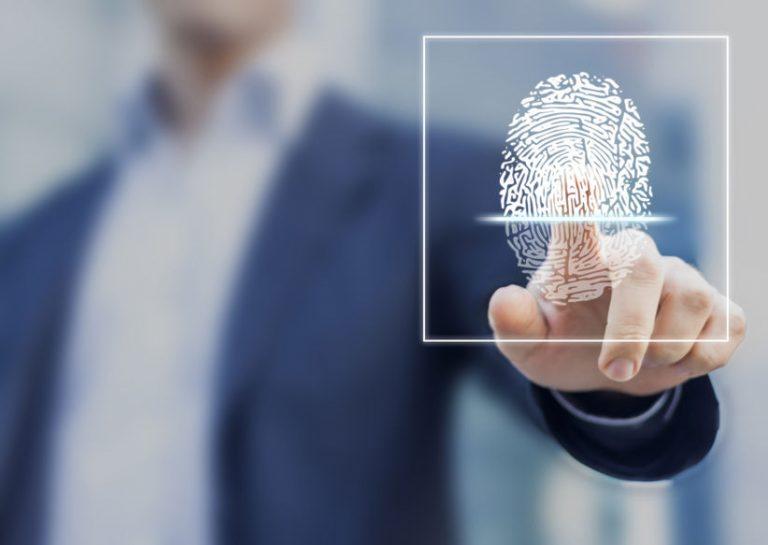 Imagem de um homem pressionando sua impressão digital em uma tela