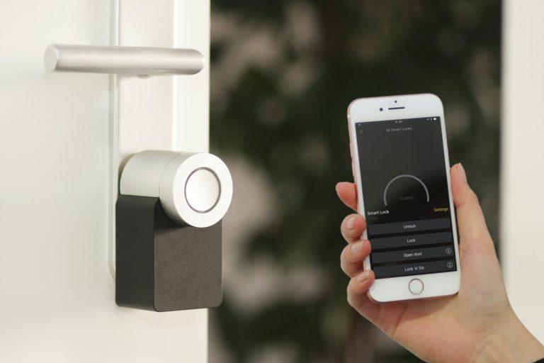 Imagem de uma pessoa controlando um sistema de segurança controlado por celular.