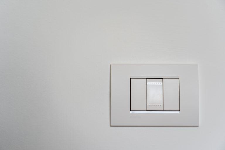 Interruptor de luz com três teclas.
