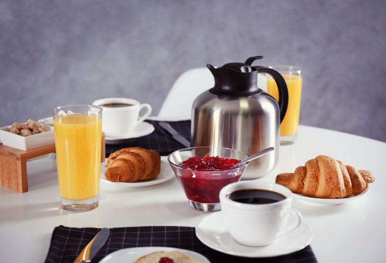 Imagem de uma mesa de café da manhã.