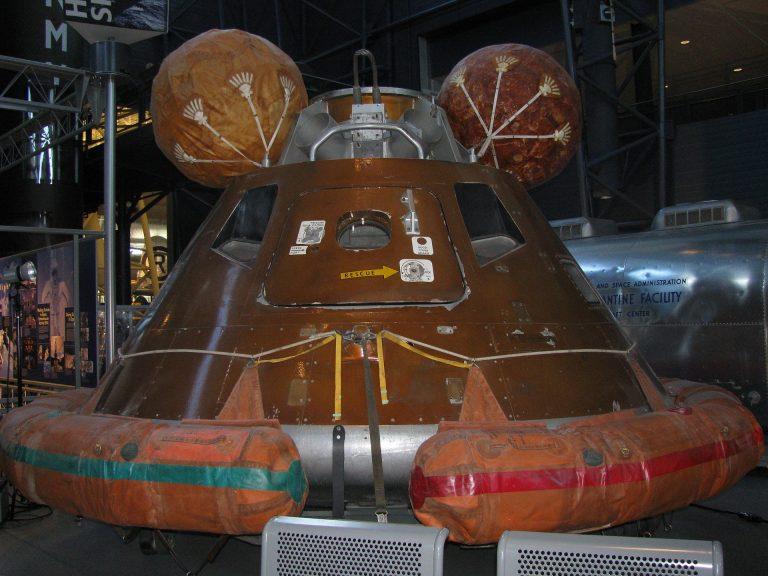 imagem de uma cápsula de resgate da Apollo 11, nave espacial americana.
