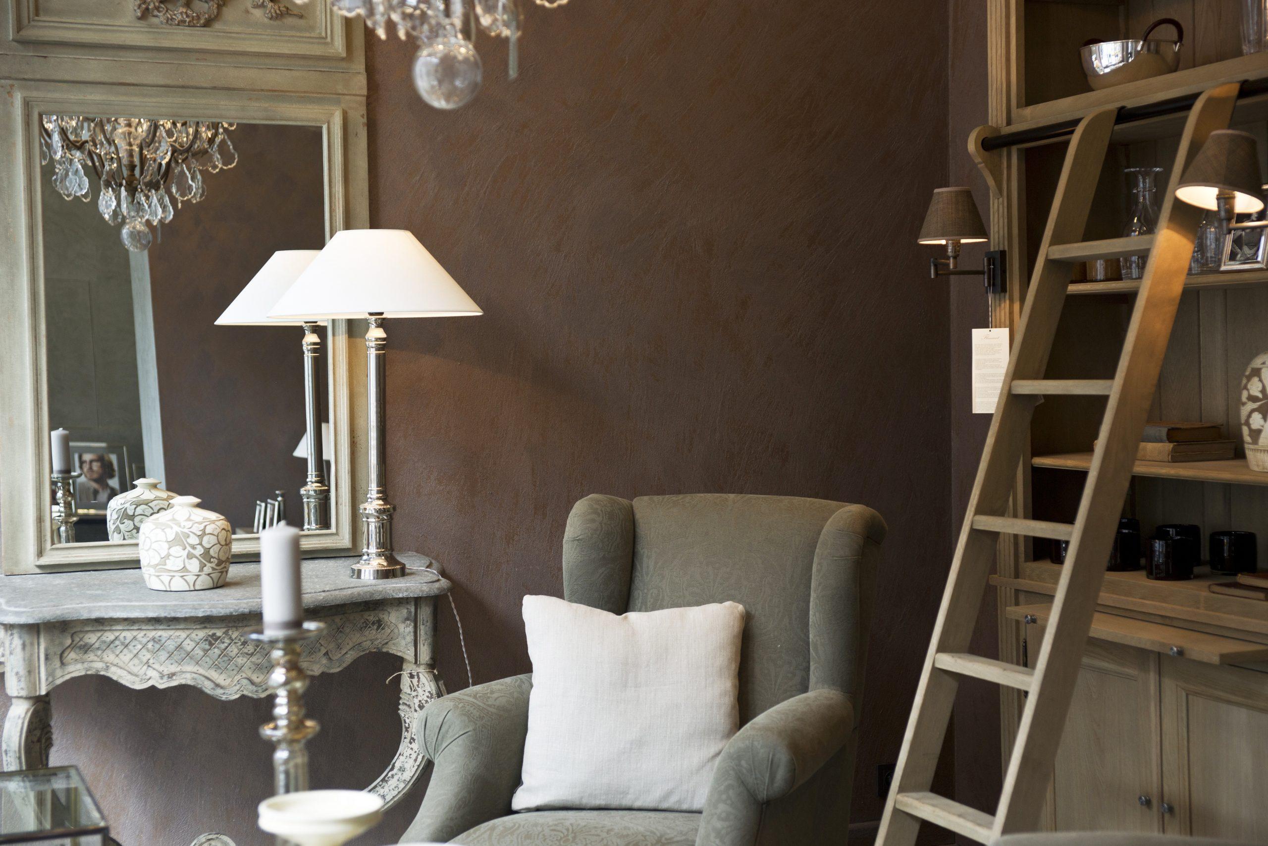 Imagem mostra uma escada de sete degraus em uma sala.