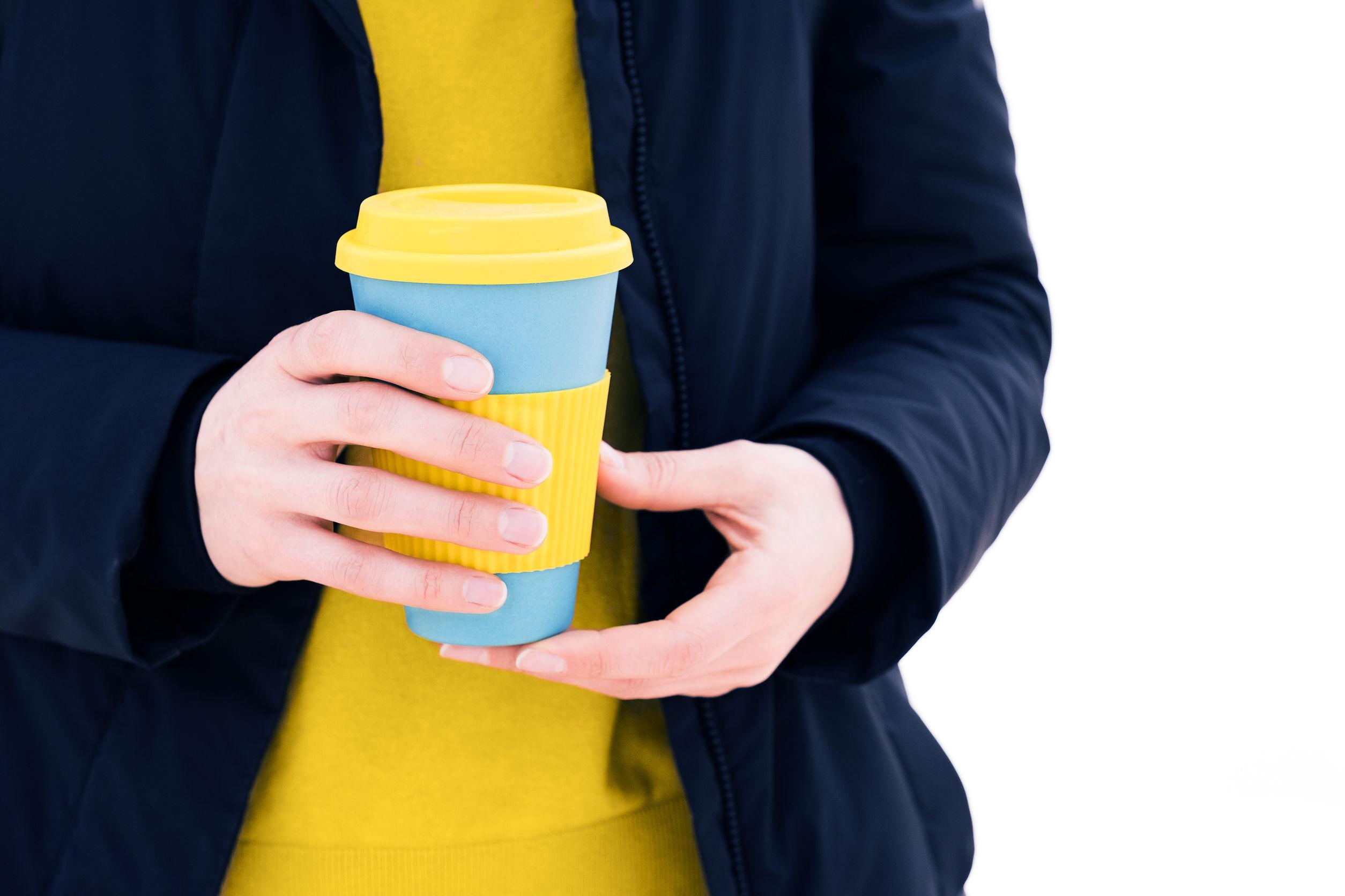 Imagem de uma pessoa segurando um copo retrátil.