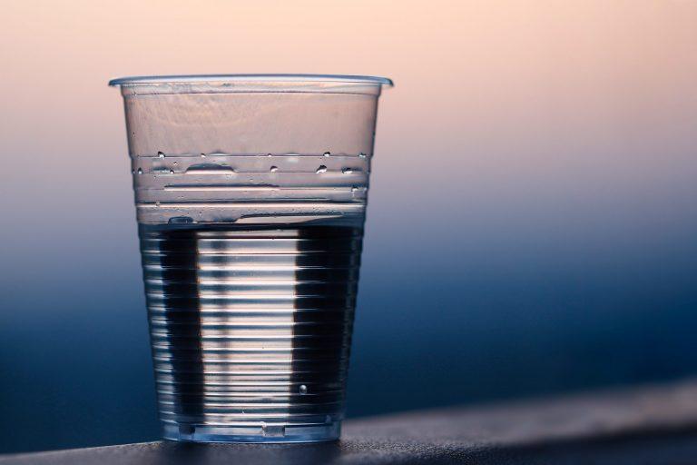 Imagem de um copo descartável.