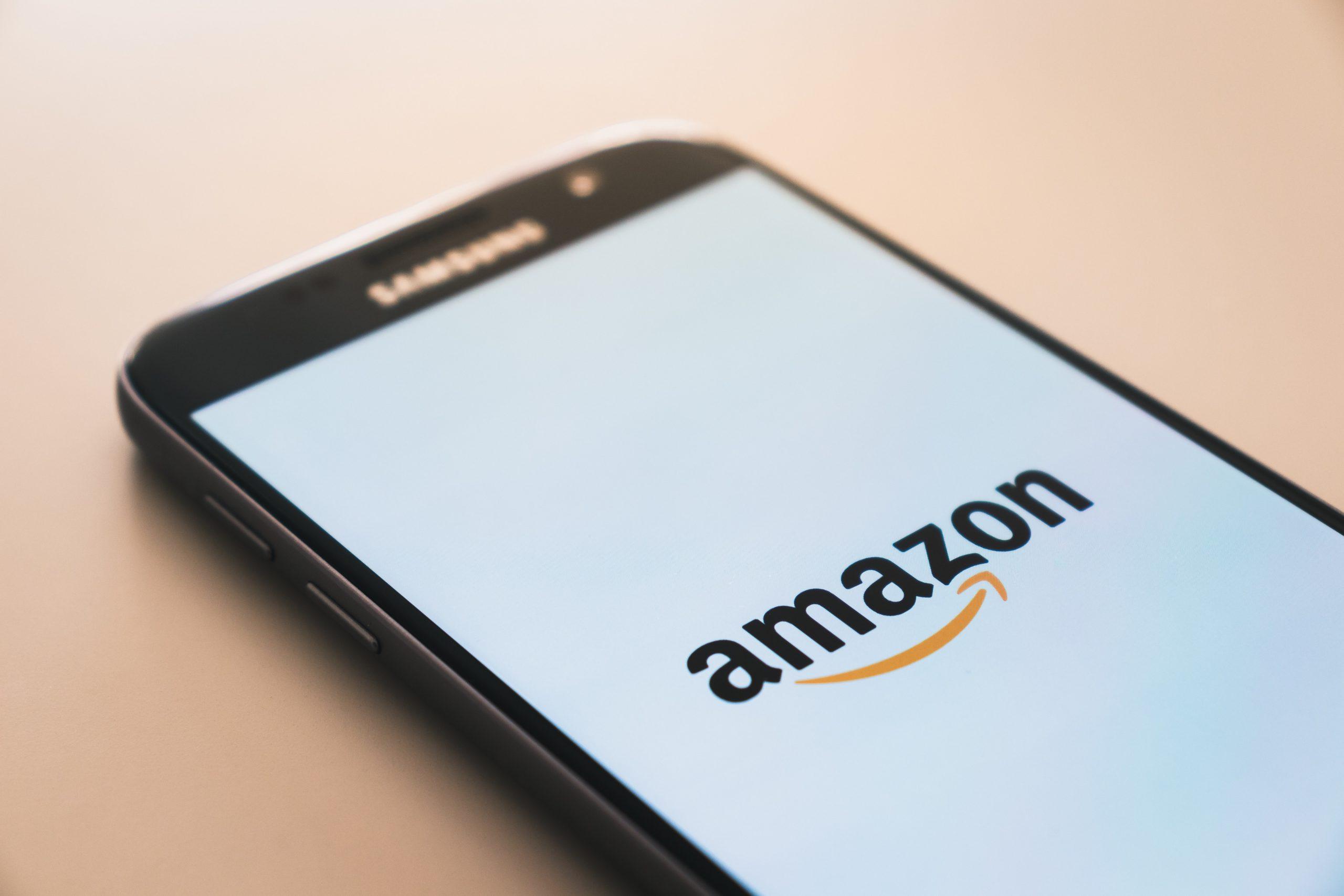 Celular na mesa com logo da Amazon