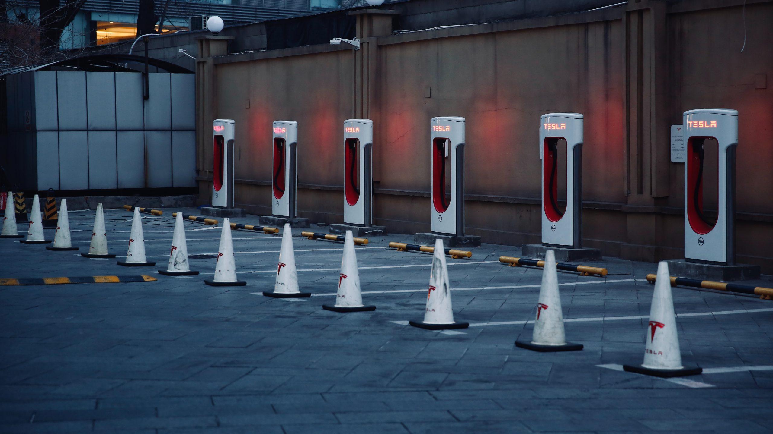 cones brancos enfileirados em estacionamento