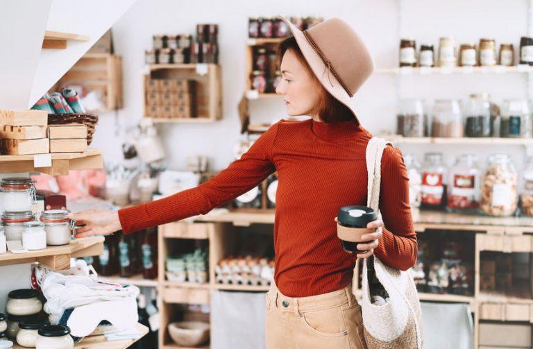 Imagem de uma mulher segurando um copo retrátil.