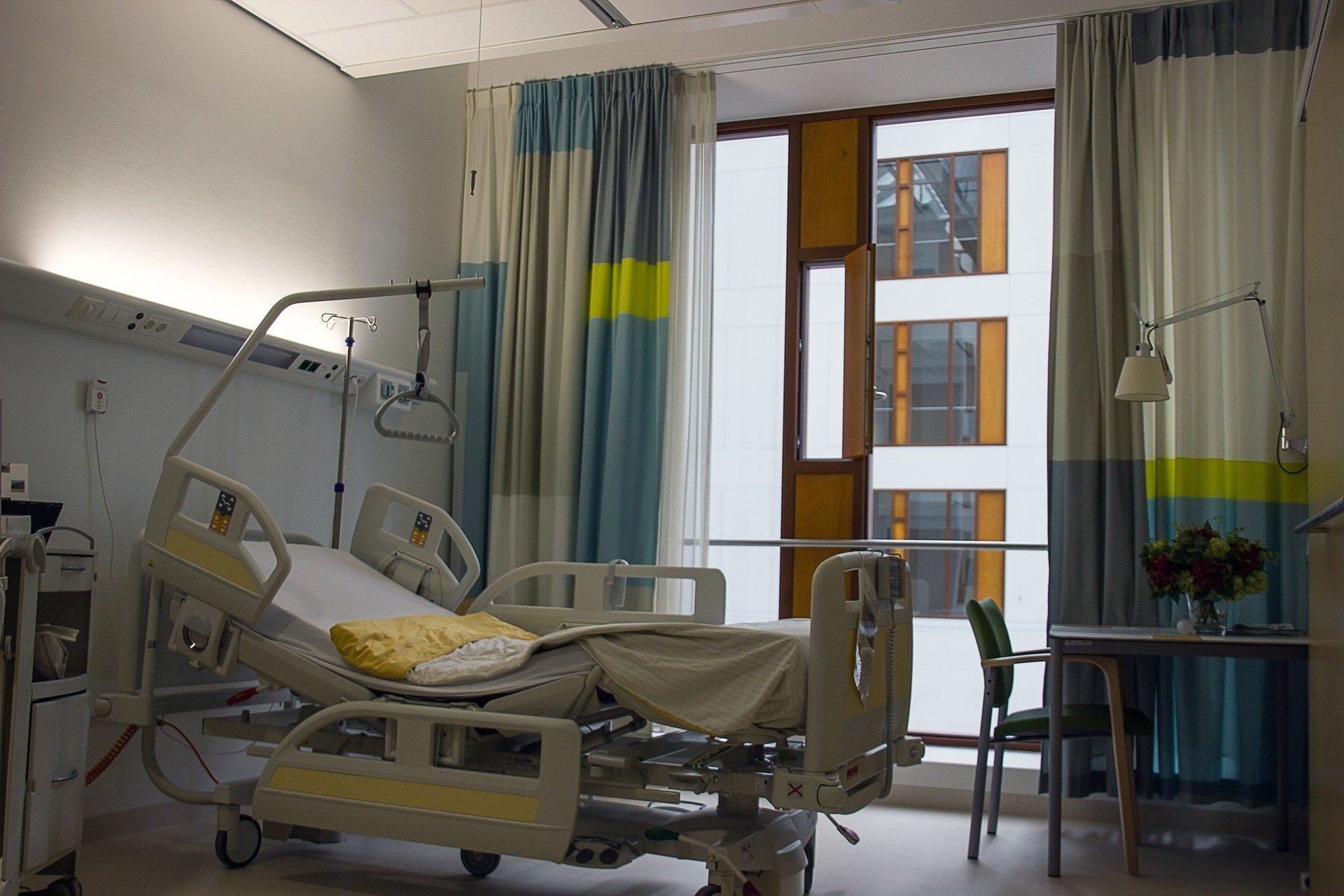Cama hospitalar em quarto de hospital.