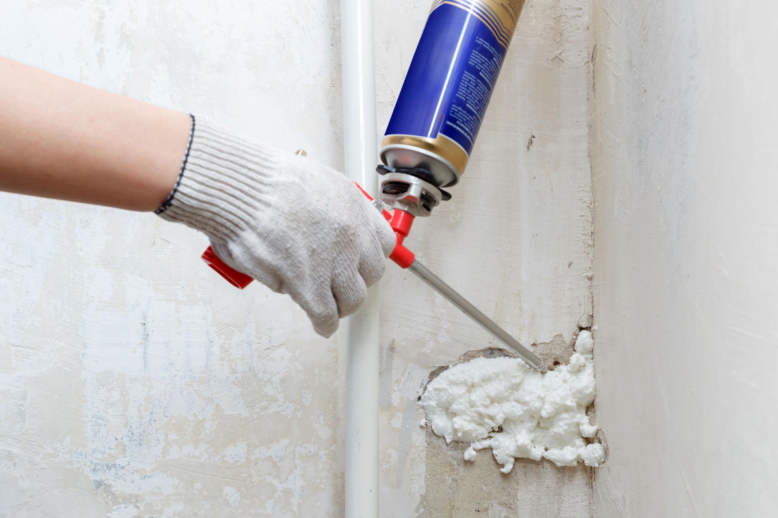 Imagem mostra o uso de espuma expansiva em uma reforma.