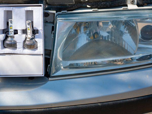 Imagem mostra lâmpadas inseridas do espaço do farol de um carro.