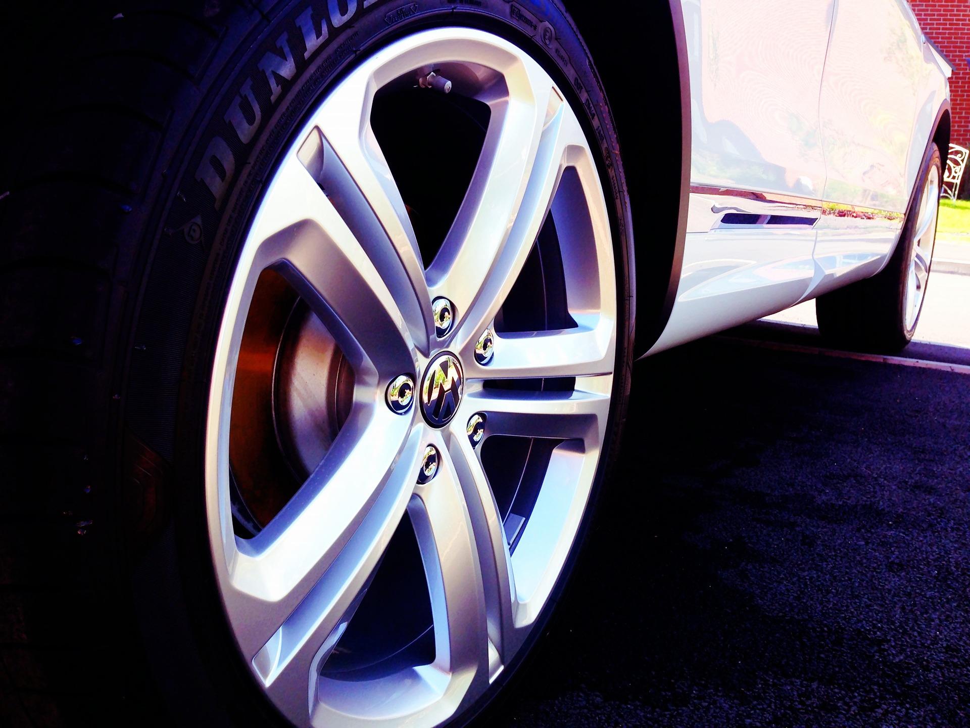 Imagem mostra um pneu de um automóvel em destaque.