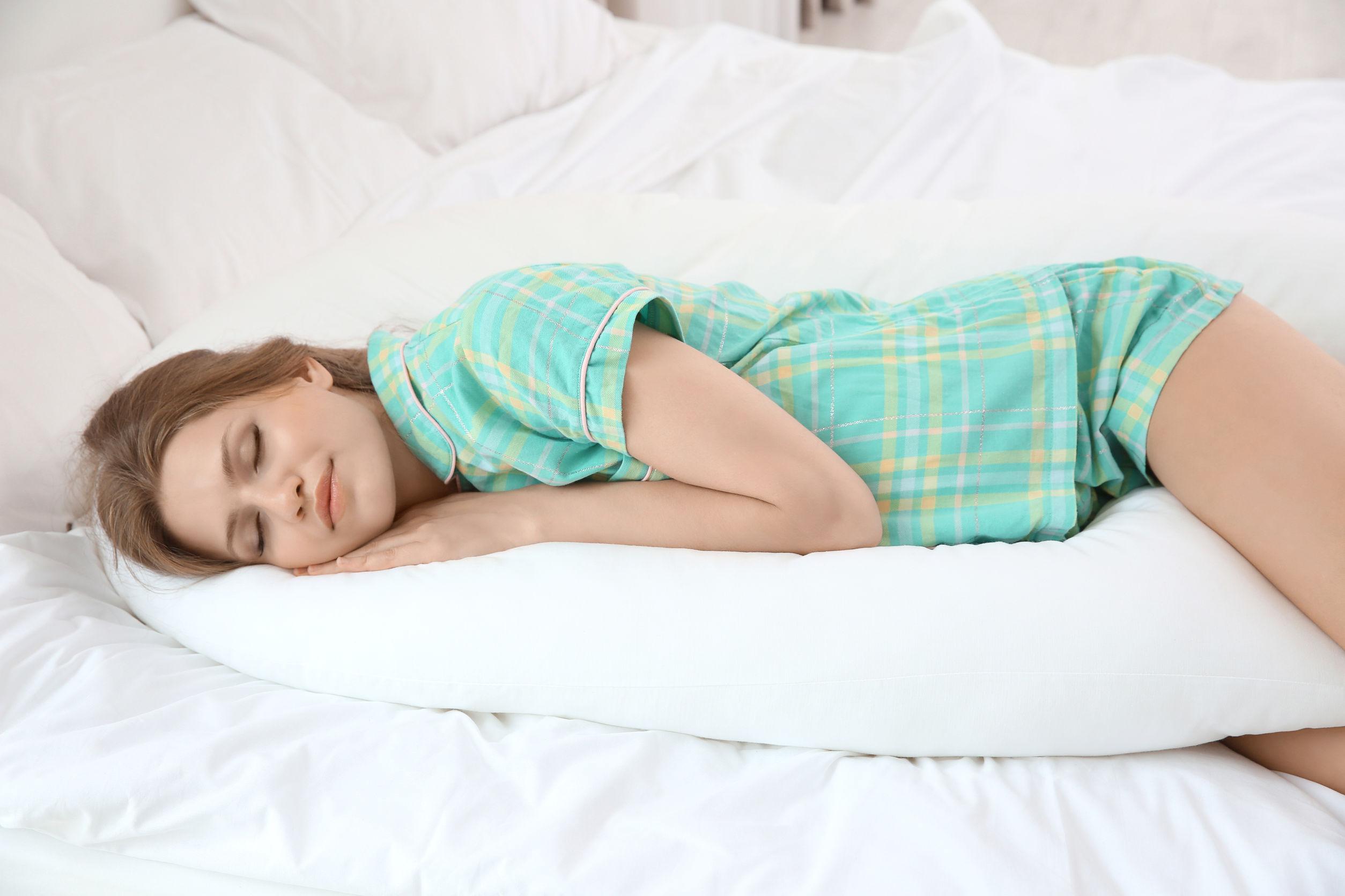 Imagem de uma mulher deitada.