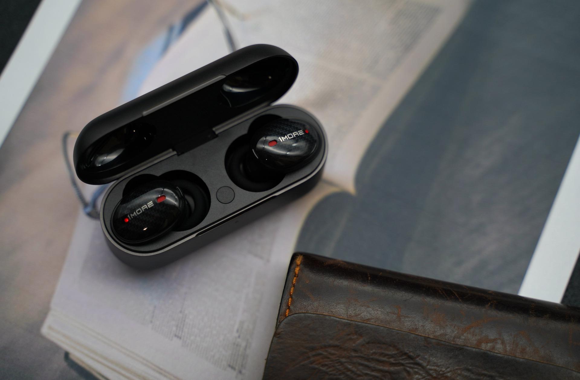 Imagem mostra fones de ouvido bluetooth em detalhe.