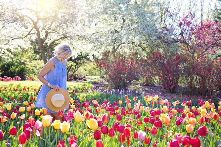 Imagem de uma mulher em um jardim.