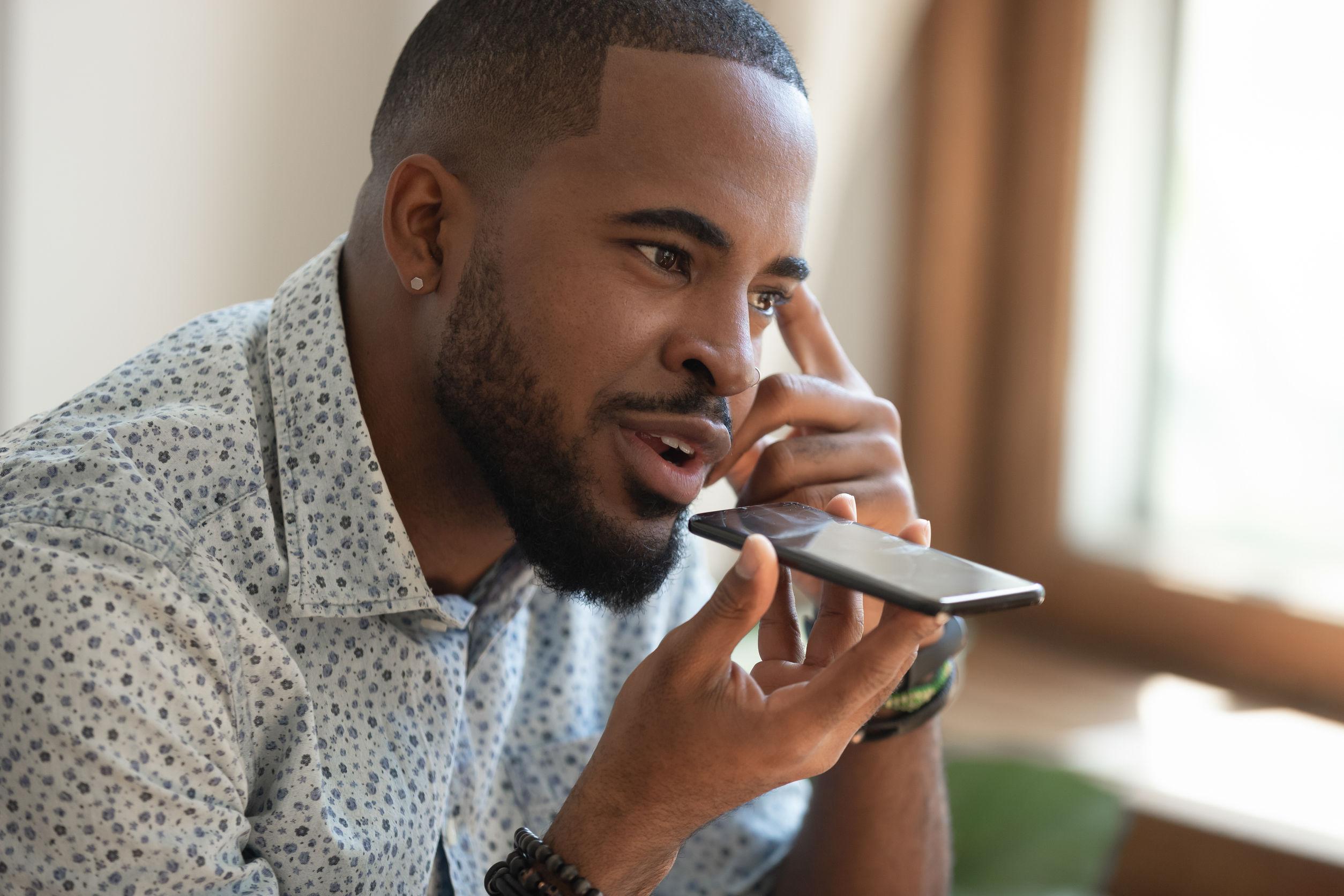 Imagem de um homem utilizando um tradutor portátil.