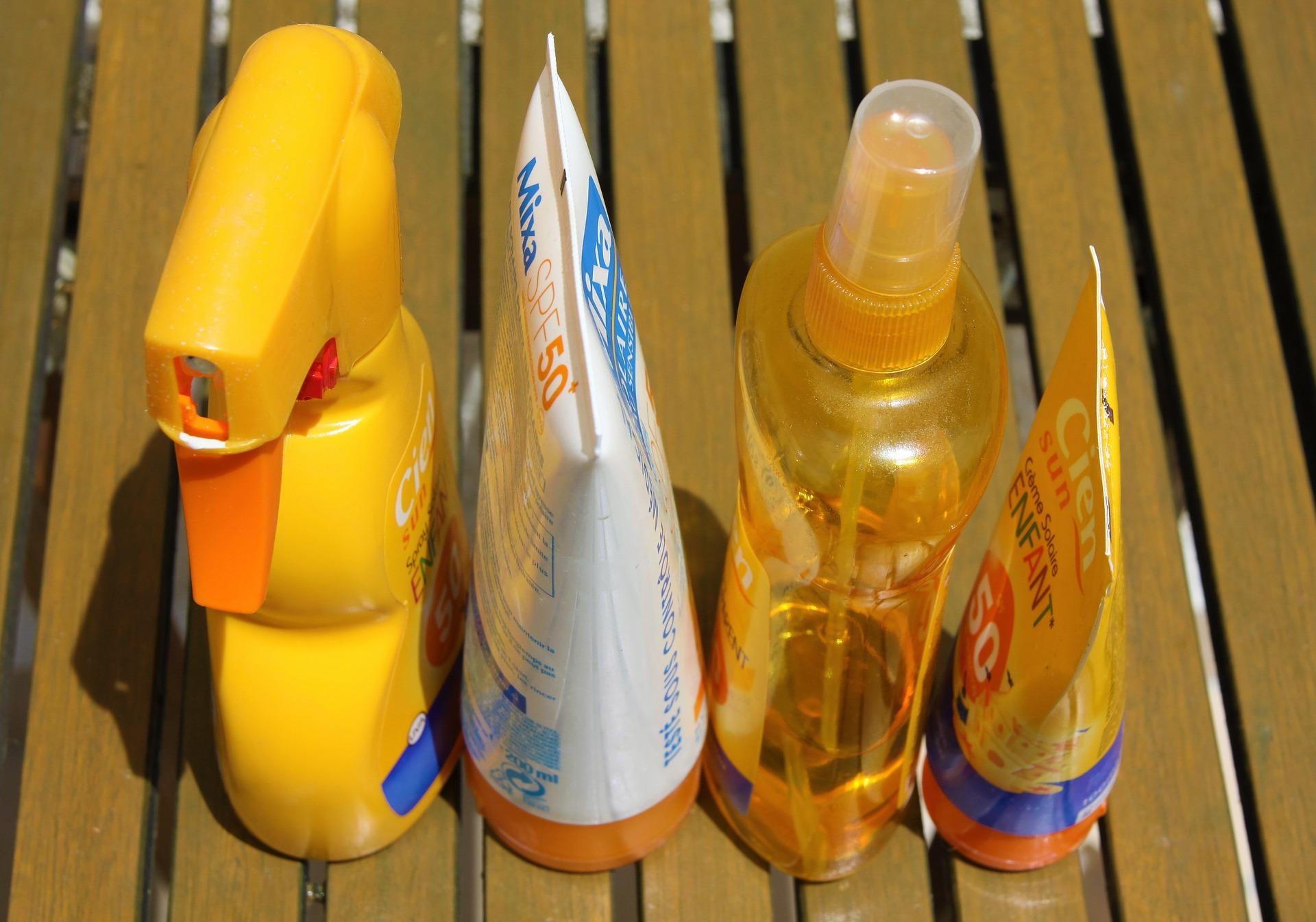 Frascos de protetores solares.