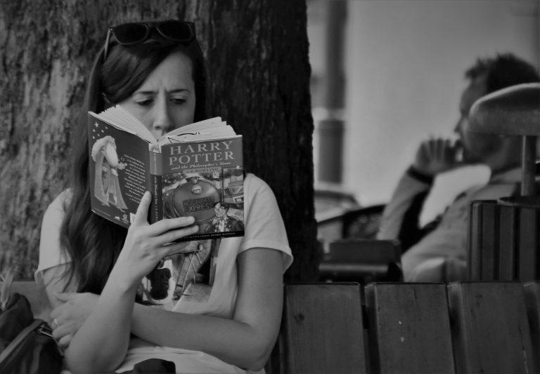 """Imagem mostra uma mulher lendo """"Harry Potter""""."""