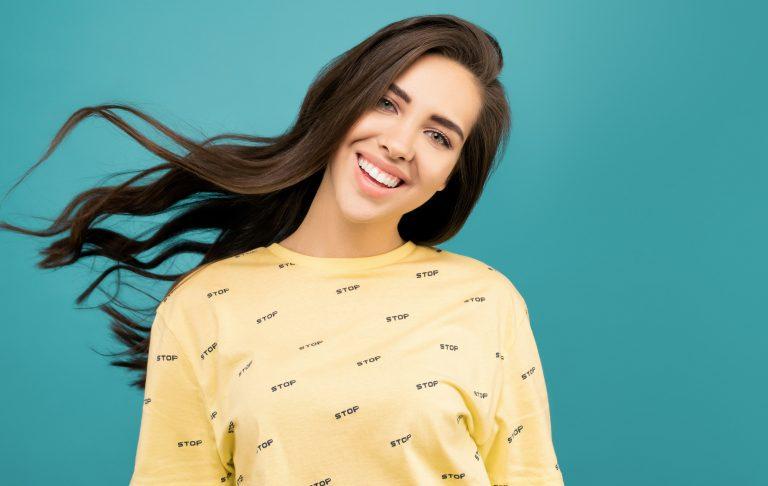 Imagem de uma menina sorrindo.
