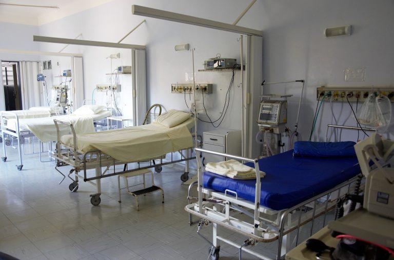Várias camas em sala de hospital.