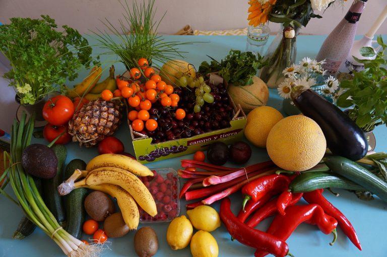 Várias frutas e legumes.