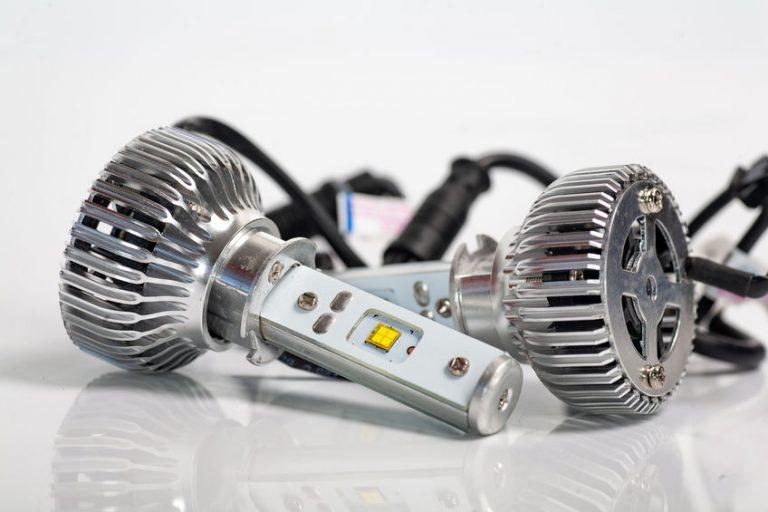Imagem mostra lâmpadas automotivas em detalhe.