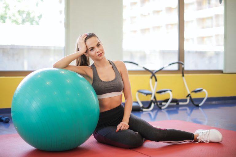 Imagem de uma mulher fazendo ginástica.