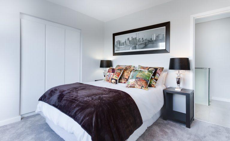 Imagem de uma cama de casal.