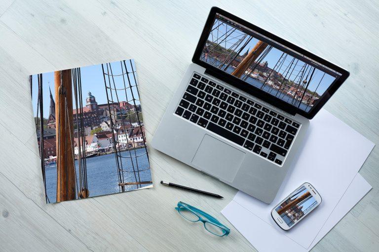 Notebook, foto e celular.