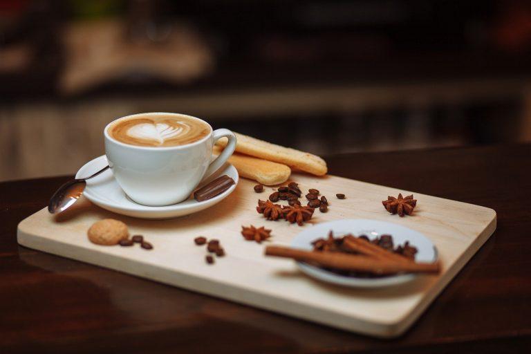 Xícara de café e especiarias ao lado.