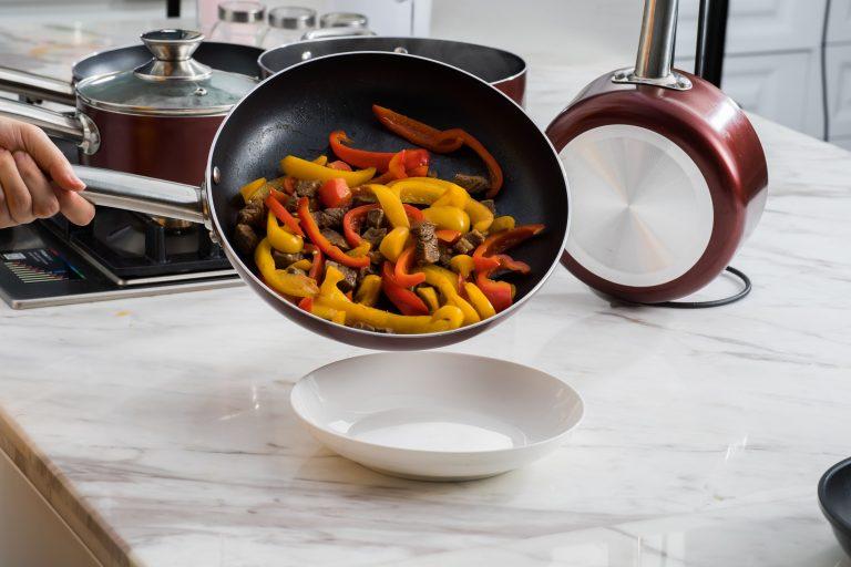 Imagem de uma pessoa cozinhando.